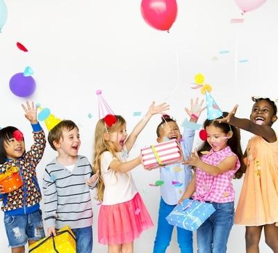 enfants faisant fete anniversaire