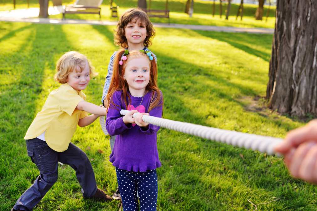 jeu de groupe enfants qui tirent sur une corde