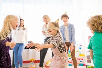 enfants jouant à colin maillard