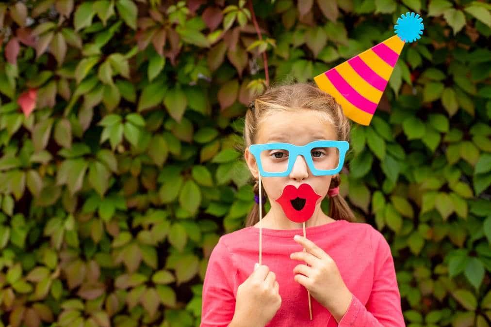 fille déguisée jeu anniversaire